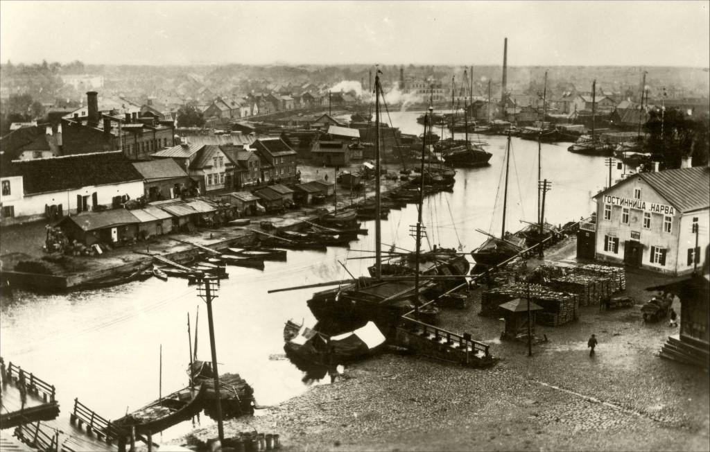 1914 Kalaturg ja Puuturg võõrastemaja Narva-Turuhoone ees_1
